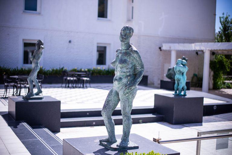 """Vista del patio junto a la piscina en el Playas Hotel; en primer plano, """"Amalia"""", del escultor Aurelio Macchi"""