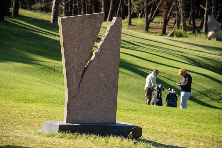 """Un granito, """"Desprendimiento"""", de Jorge Gamarra, en el Parque Escultórico de Pinamar (PEP)"""
